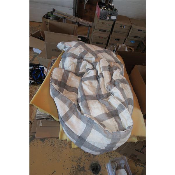 Lot misc. Bedding (Foam Topper, Blanket, Etc.)