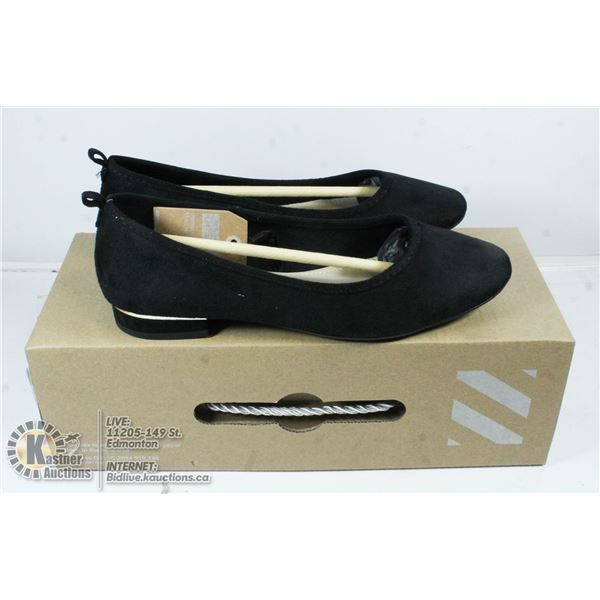 NEW PAIR OF CHELESEE SIZE 6 BLACK SHOES.