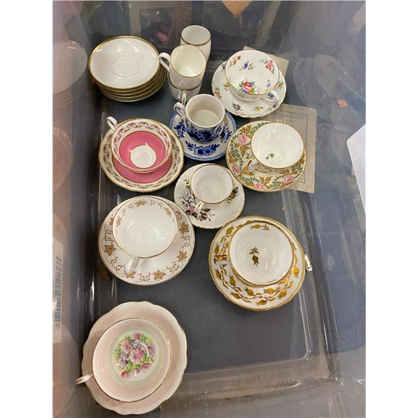 Lot tea cups and saucers