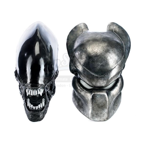 Lot # 468: AVP: ALIEN VS. PREDATOR (2004) - Predator Helmet and Xenomorph Face Executive Gift Set