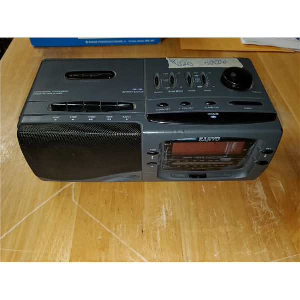 Sanyo AM/FM/Cassette Digital clock radio (works)