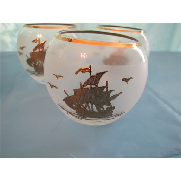 decanter with sailing ship motif comes with 6 glasses