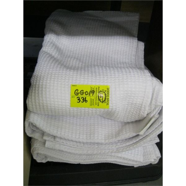 LOT OF 4 WHITE TABLECLOTHS?
