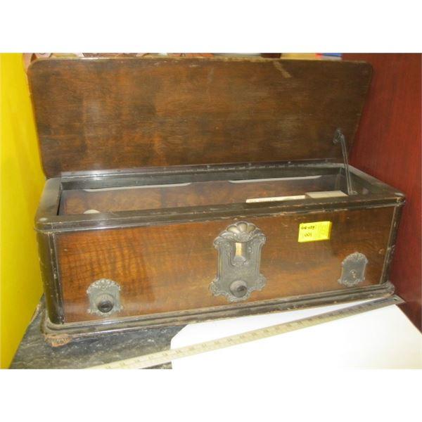 ANTIQUE RCA RADIO CO. WOOD CASED TUBE MANTLE RADIO