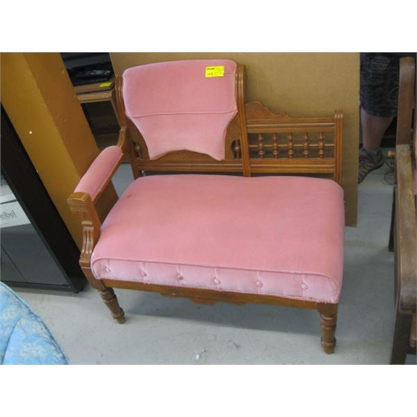 SMALL PINK SETTEE