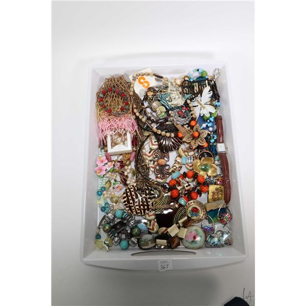 Tray lot of vintage and collectible jewellery including necklaces, bracelets, earrings, brooches etc