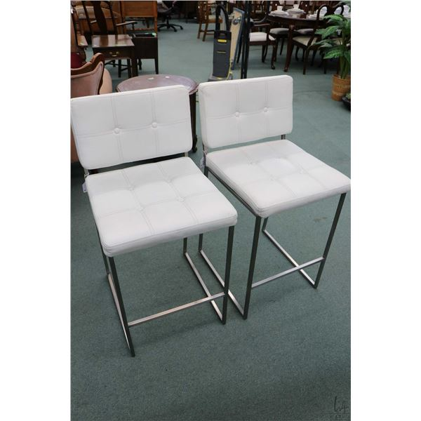 """Pair of modern white upholstered breakfast stool with 25 1/2"""" seat height"""