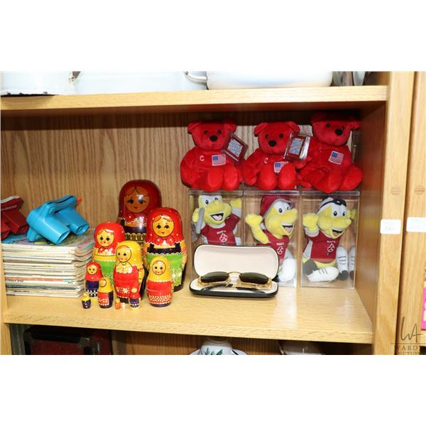 Shelf lot of collectibles including Wayne Gretzky and Roots bee stuffed toys, a selection of vintage