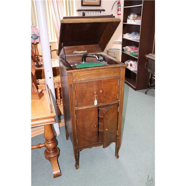 Floor standing, walnut cased 78 rpm International gramophone, working at time of cataloguing