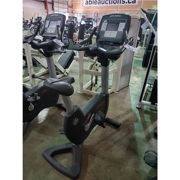 LIFE FITNESS 95C LIFECYCLE COMMERCIAL SELF POWERED UPRIGHT BIKE WITH DISPLAY, IPOD CONNECTOR,