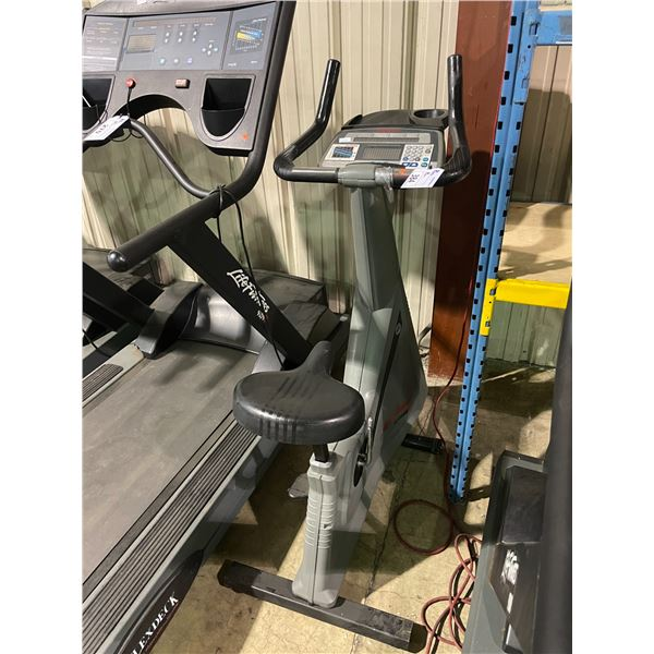 LIFE FITNESS 9500HR LIFE CYCLE UPRIGHT BIKE