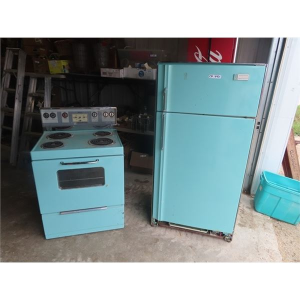 (CD) Retro Frigidaire Deluxe Fridge & Stove Set Fridge is Not Running Could Also Use a Good Cleaning