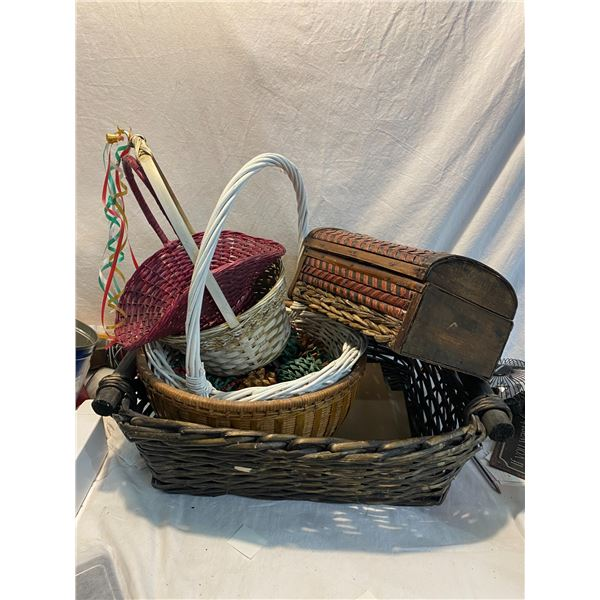 Lot of baskets and trinket box