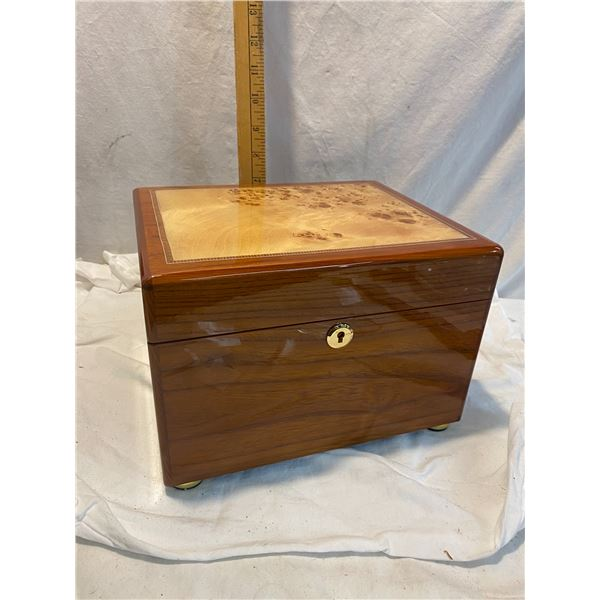 Inlaid box with jey
