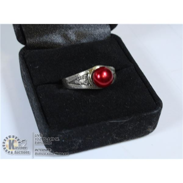 VINTAGE 1975 SILVER RING WITH A CRANBERRY BUTTON