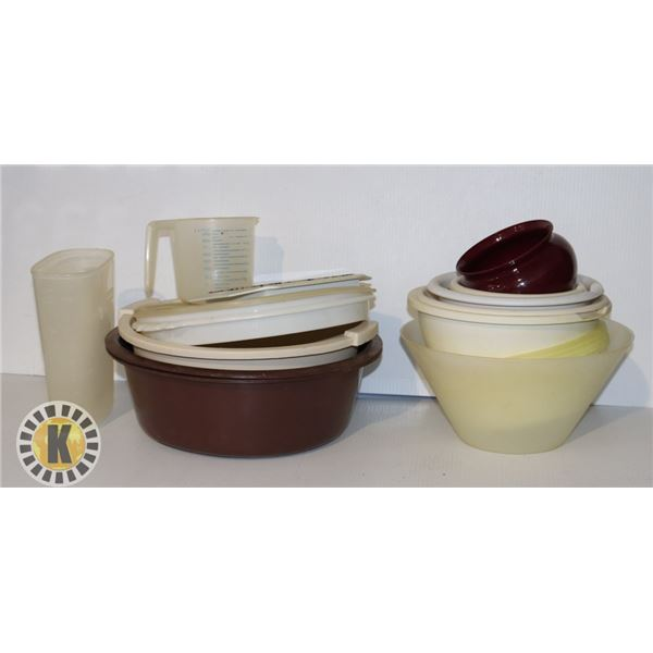 ASSORTED BOWLS AND WATER JUGS