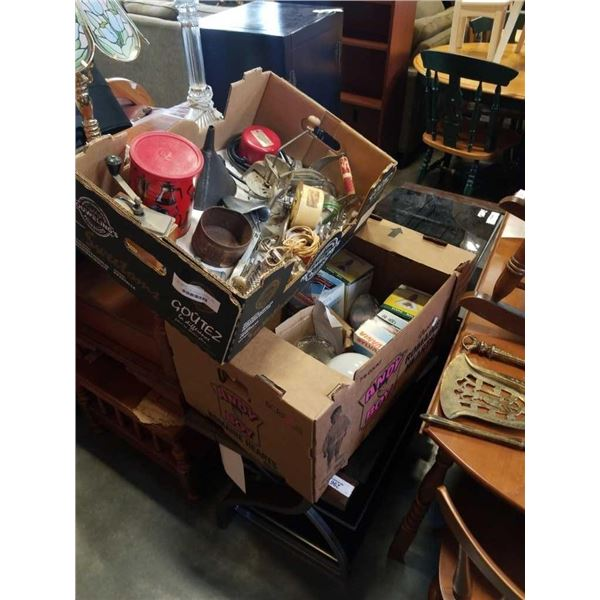 BOX AND TRAY OF VINTAGE KITCHEN ITEMS AND LIGHTBULBS