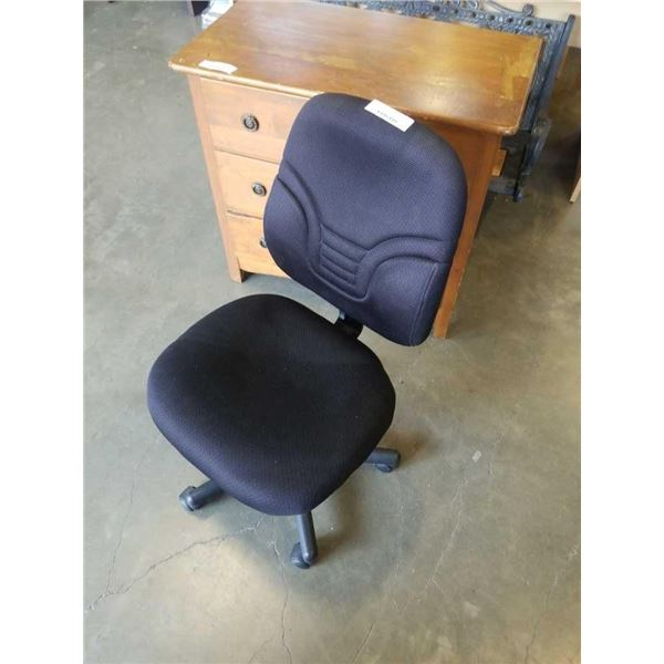 BLACK ROLLING GAS LIFT OFFICE CHAIR
