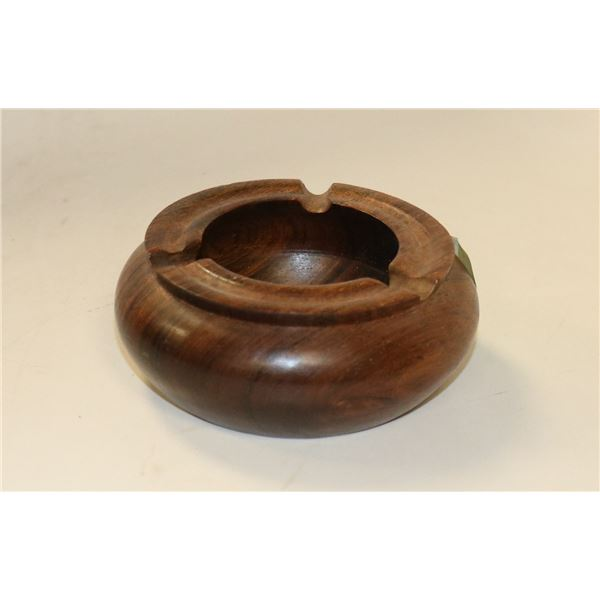 1965 WOODEN NICARAGUA ASHTRAY WITH INSET COIN