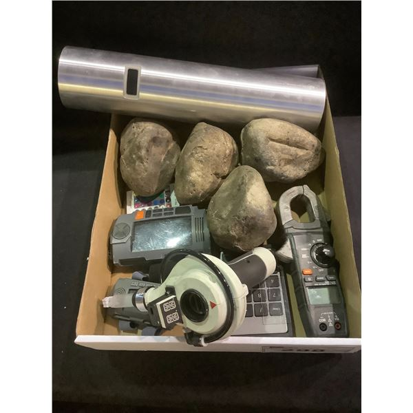 TRAY OF ASSORTED SET DEC PROP ITEMS & RUBBER ROCKS