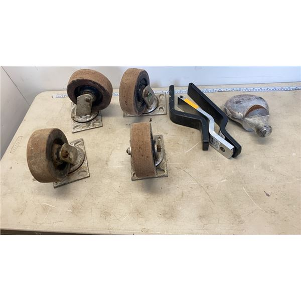 4 LARGE ROLLING CASTORS AND 3 HITCHES