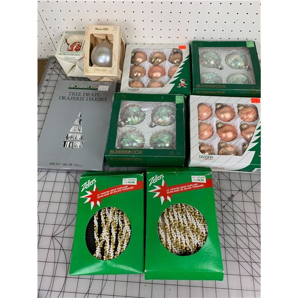 LOT OF VINTAGE CHRISTMAS DECORATIONS IN BOX