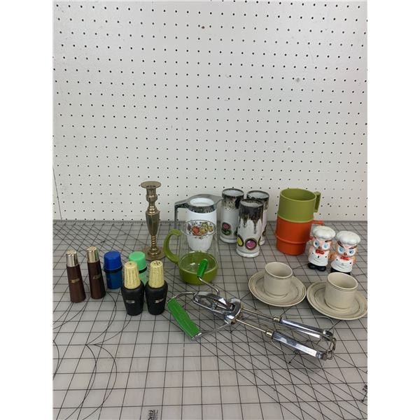 LOT OF VINTAGE AND RETRO KITCHEN RELATED SALT AND PEPPER ETC
