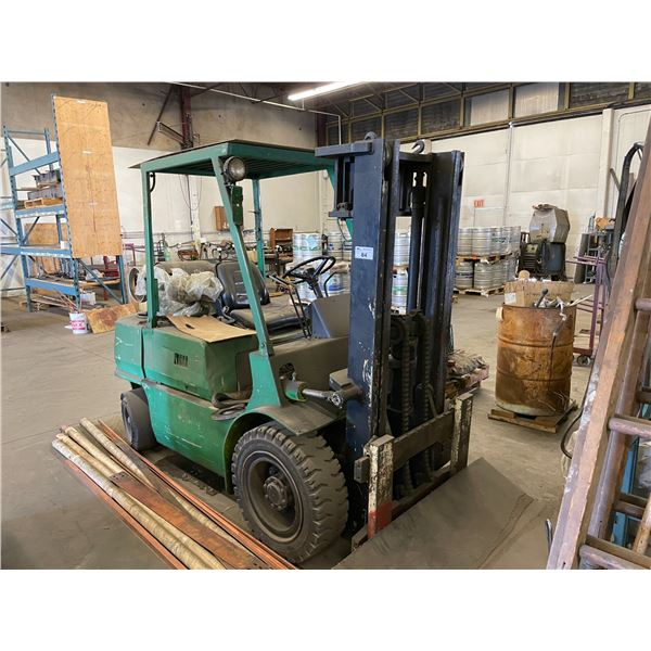 MITSUBISHI GREEN 2 STAGE SOLID RUBBER TIRE SIT DOWN COUNTERBALANCE FORKLIFT ( MISSING INFORMATION