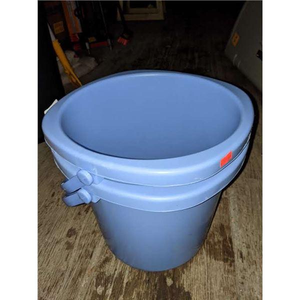 2 Plastic 13 litres buckets
