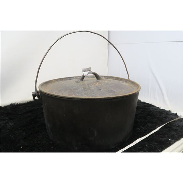 Cast iron pot with lid, Number 12