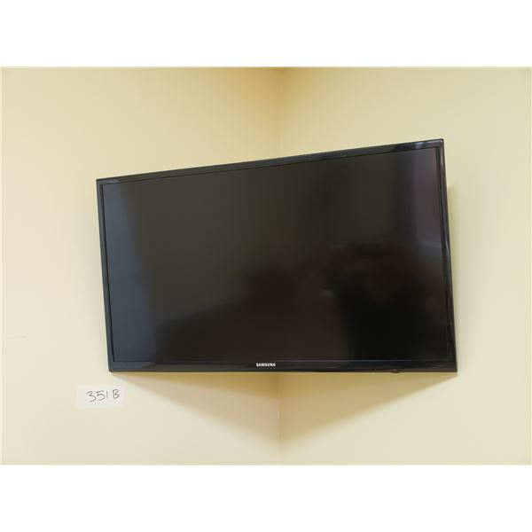 """33"""" SAMSUNG TV WITH REMOTE & WALL MOUNT (MUST BE REMOVED FROM WALL)"""