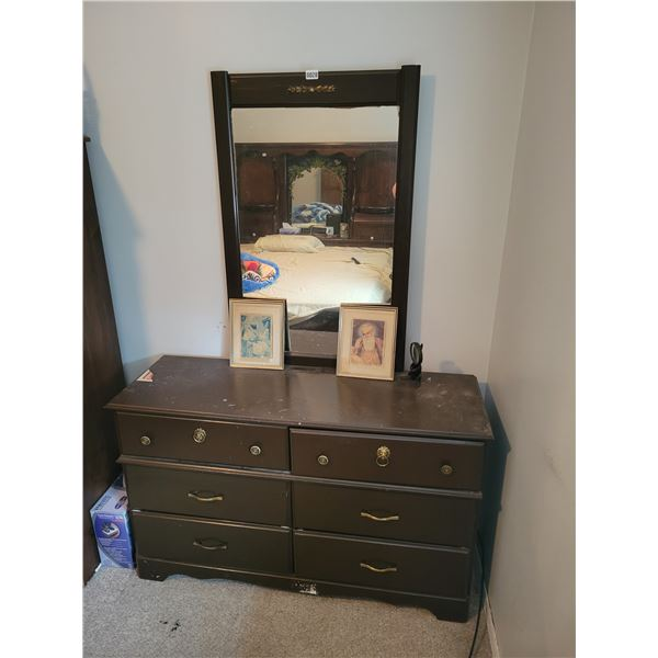 Dresser with Mirror - Pictures - Magnifying Glass