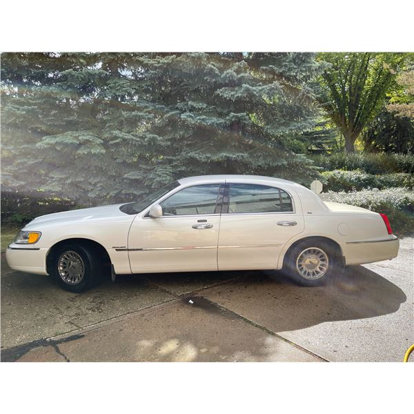 2002 White Lincoln Town Car with 44,540 kms