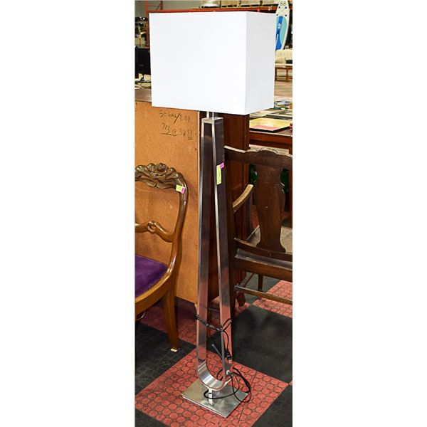 WHITE LAMP W/ METAL BASE