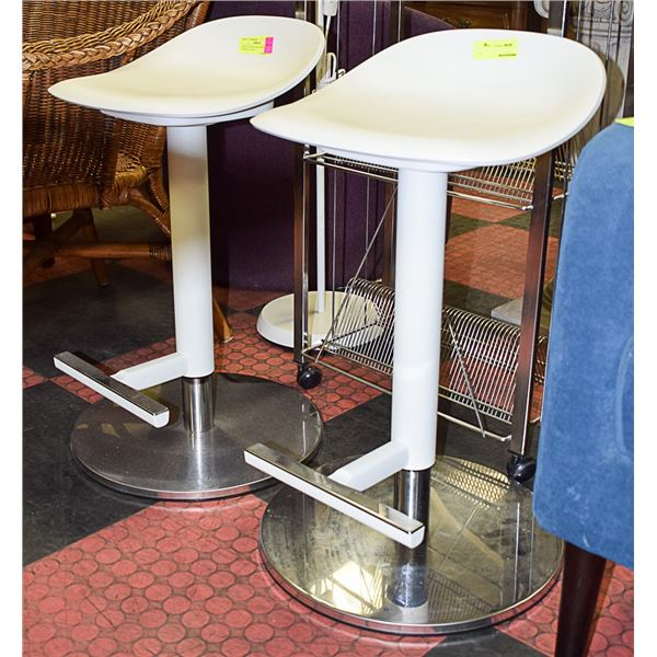 PAIR OF WHITE BAR STOOLS/CHAIRS W/ METAL BASE