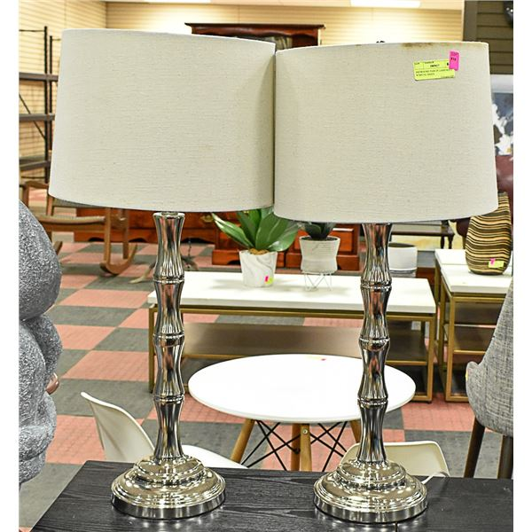 SHOWHOME PAIR OF LAMPS WHITE W/METAL BASES