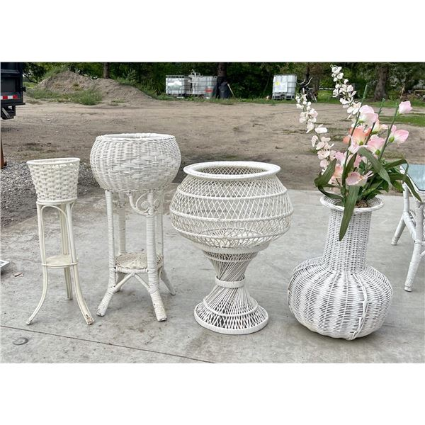 WHITE WICKER SET OF FOUR DECORATIVE STANDS AND VASE