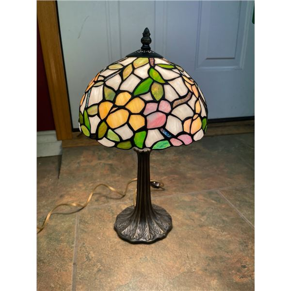 TIFFANY STYLE END TABLE LAMP - GORGEOUS - WORKS!