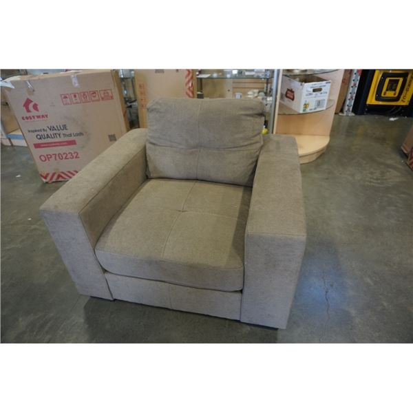 OVERSIZED ARMCHAIR TUFTED BACK