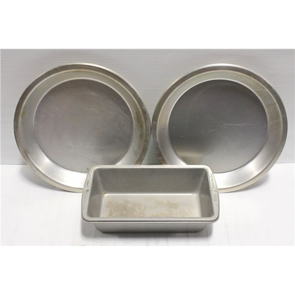 LOT OF 4 STAINLESS STEEL PIE PLATES AND LOAF PAN