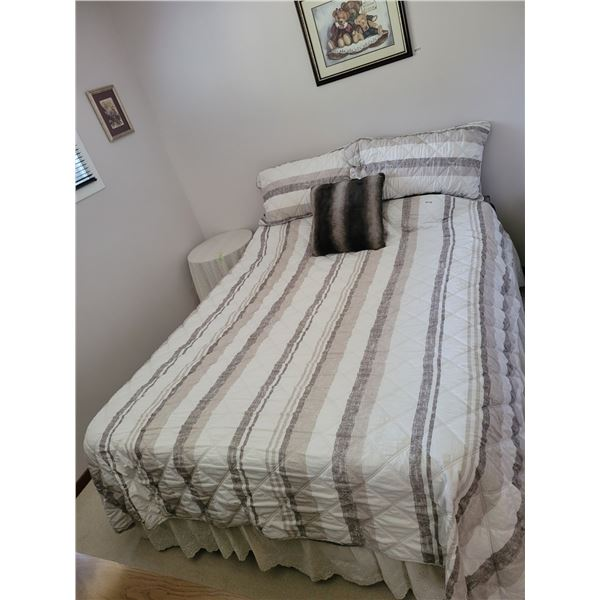 Queen Size Bed - Boxspring - Mattress & Foamy