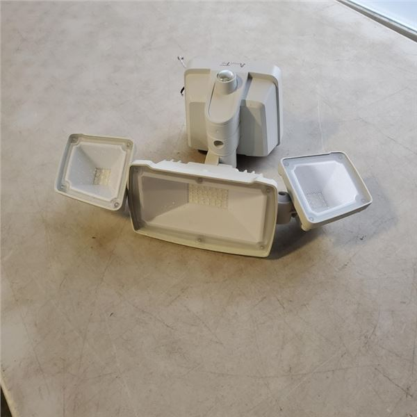 AS NEW TRIPLE LED SECURITY ADJUSTABLE LIGHT
