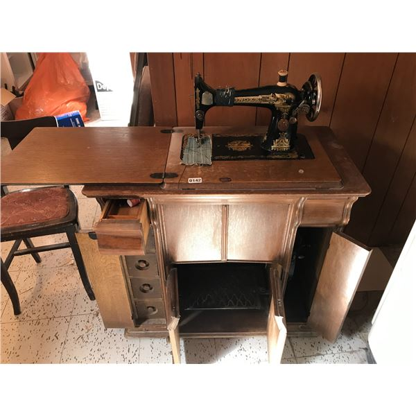 Singer Sewing Machine G9454619 w Treadle & 5 Drawer Cabinet