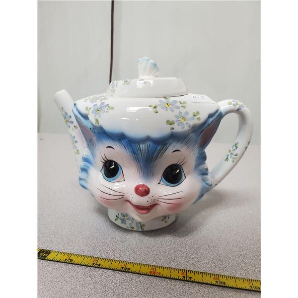 Cat tea pot (chip on spout)