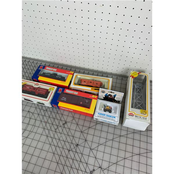 LOT OF HO SCALE MODEL TRAIN CARS WITH BOXES