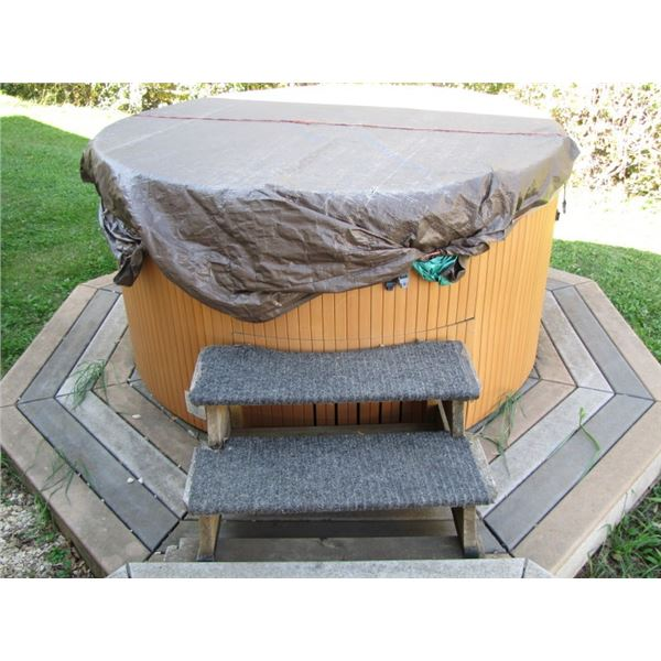 Beachcomber 6-person round hot tub 78 in comes with composite board deck