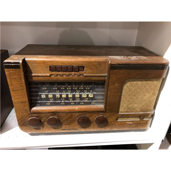 Vintage General Electric table-top tube radio