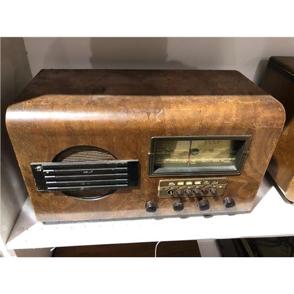 Vintage Montgomery Ward Chicago USA 62-370 airline radio 7 tube standard & shortwave table tube radi