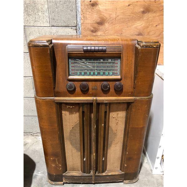 Vintage RCA Victor Globe Trotter upright console tube radio