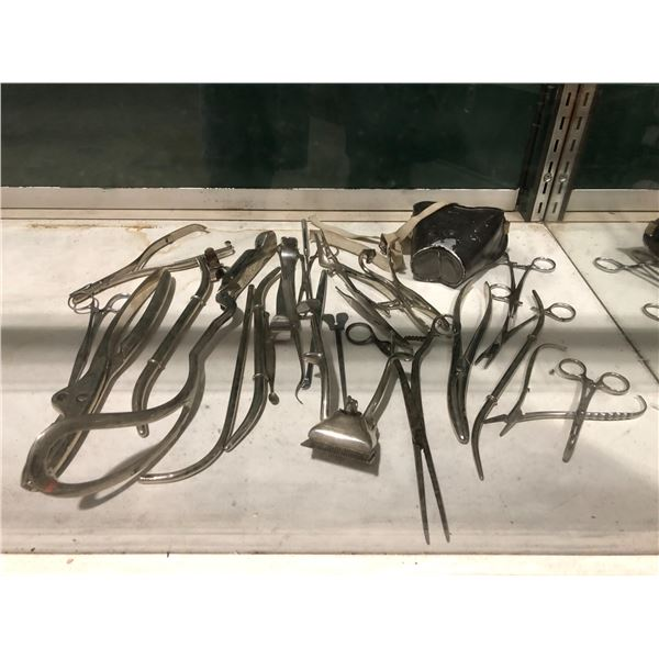 Approx. 25 vintage doctors operating surgical instruments